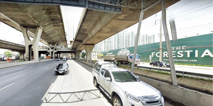 高架の高速道路が走るバンナー通りの右手に、ザ・フォレスティアズの建設場所、その向こうにルンピニのコンドミニアム
