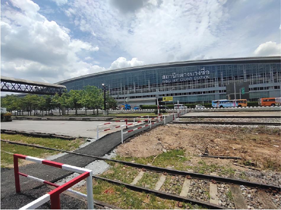 バンスー中央駅の前には従来のローカル線、バンスー駅が拡がる