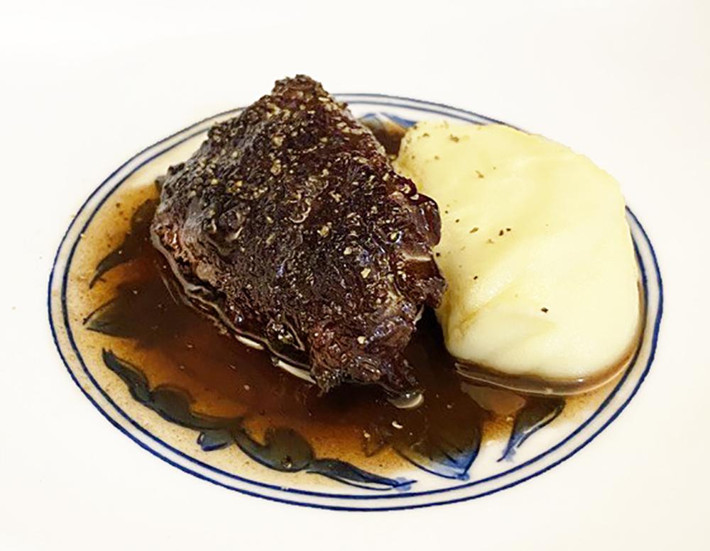 牛頬肉の赤ワイン煮とトリュフの香りのポテトピューレ