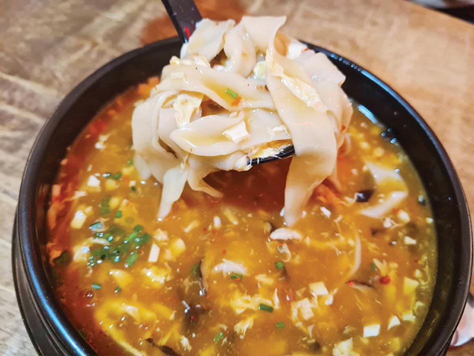 トムヤムクンスープ麺(小128バーツ/大192バーツ)