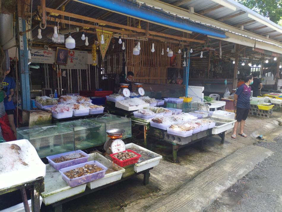 新鮮な貝やエビを買える店