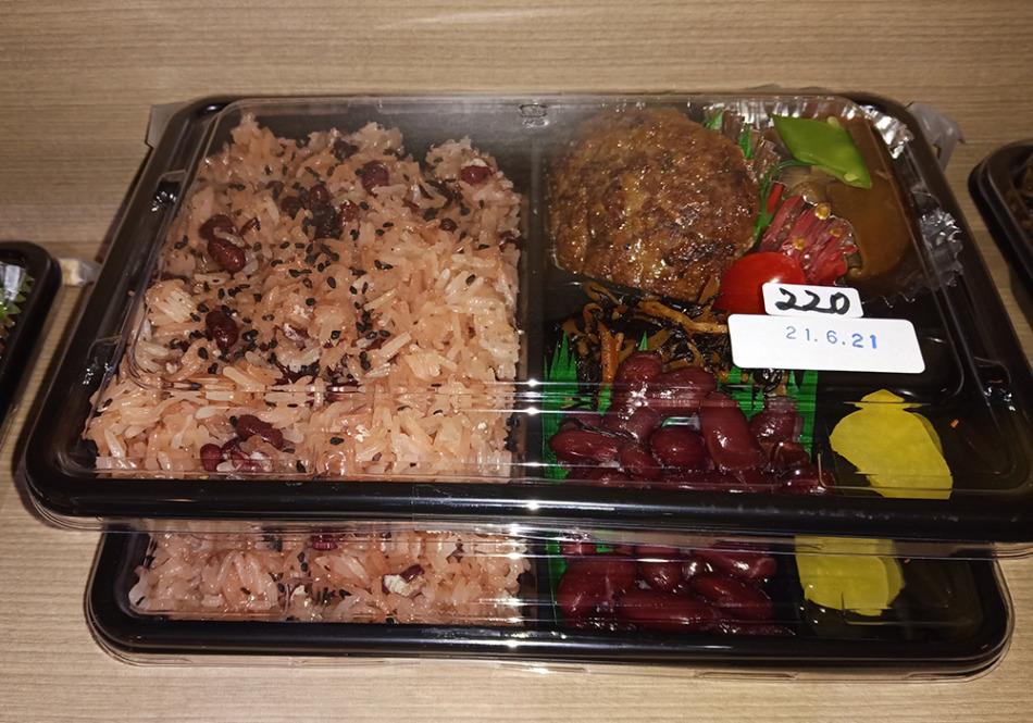 お赤飯弁当(220バーツ)
