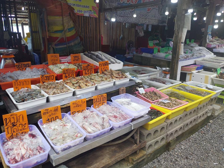 イカ、エビ、ホタテ貝、魚などを買える店