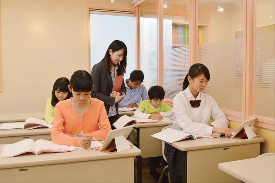 従来の対面授業にない「自立学習」はお子様が主体的に学習に取り組む環境です