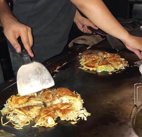 デリバリー用のお好み焼を焼く広島のスタッフ