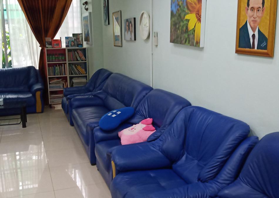 ポンサク歯科の待合室のソファ